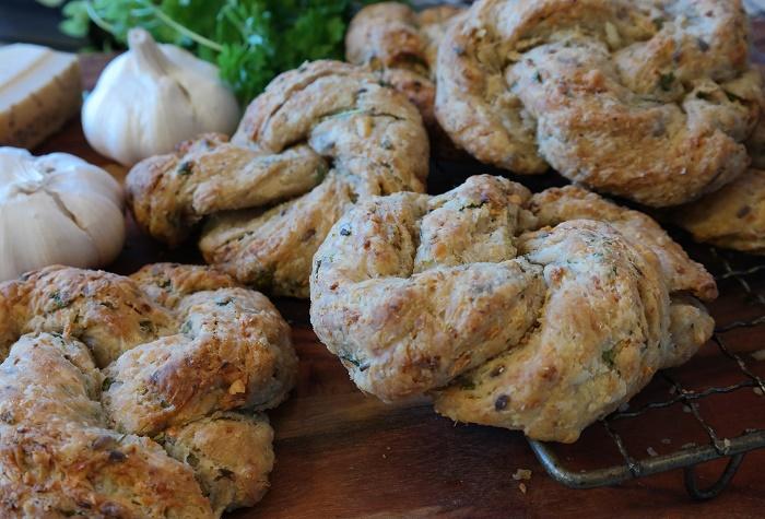 Garlic pastry rolls