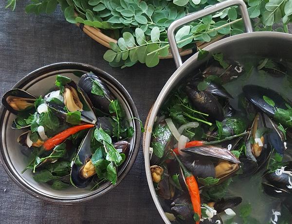 Filipino mussle soup, morringa leafs, drumstick leafs, dampet blåskjell, filipinsk