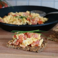 Scrambled eggs with tomato and chives