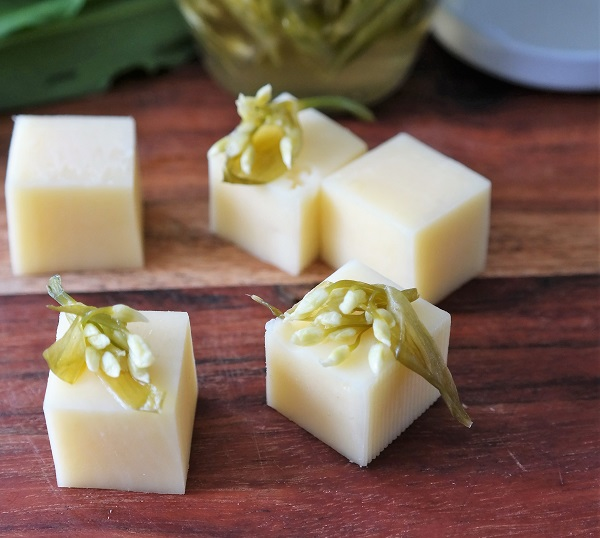 Pickled ramson on Jarlsberg cubes, ramson buds, ramson, cheese